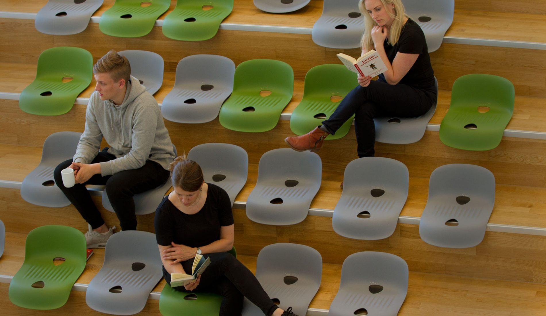 Gigseat er en norskprodusert sitteløsning som er utviklet spesielt for naturlige og bygde amfier. Setene tåler belastning opp til flere hundre kilo, er enkle å stable og tar svært liten plass når de ikke er i bruk.