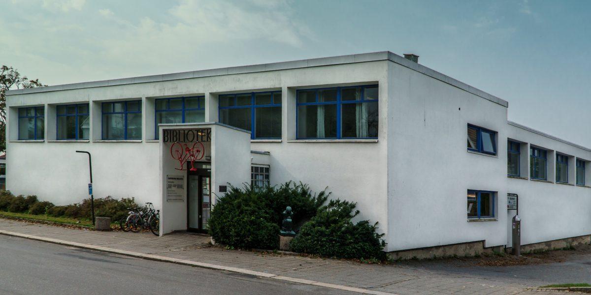 Innbyggerne i Sarpsborg kan nå bruke biblioteket sitt fram til klokka ti hver kveld.