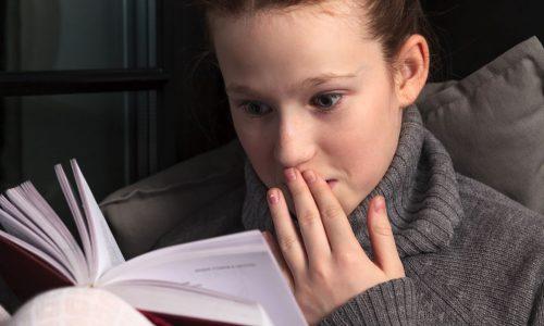 Aud Kristine Johnsen finner mest for de yngste barna blant årets lettleste bøker, men blir ekstra glad når hun kommer over bøker som er enkelt, men samtidig godt fortalt for eldre barn og ungdom.