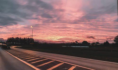 Arbeidsveien til NBTs sjåfører på Jæren er vakker når himmelen byr opp til fest.